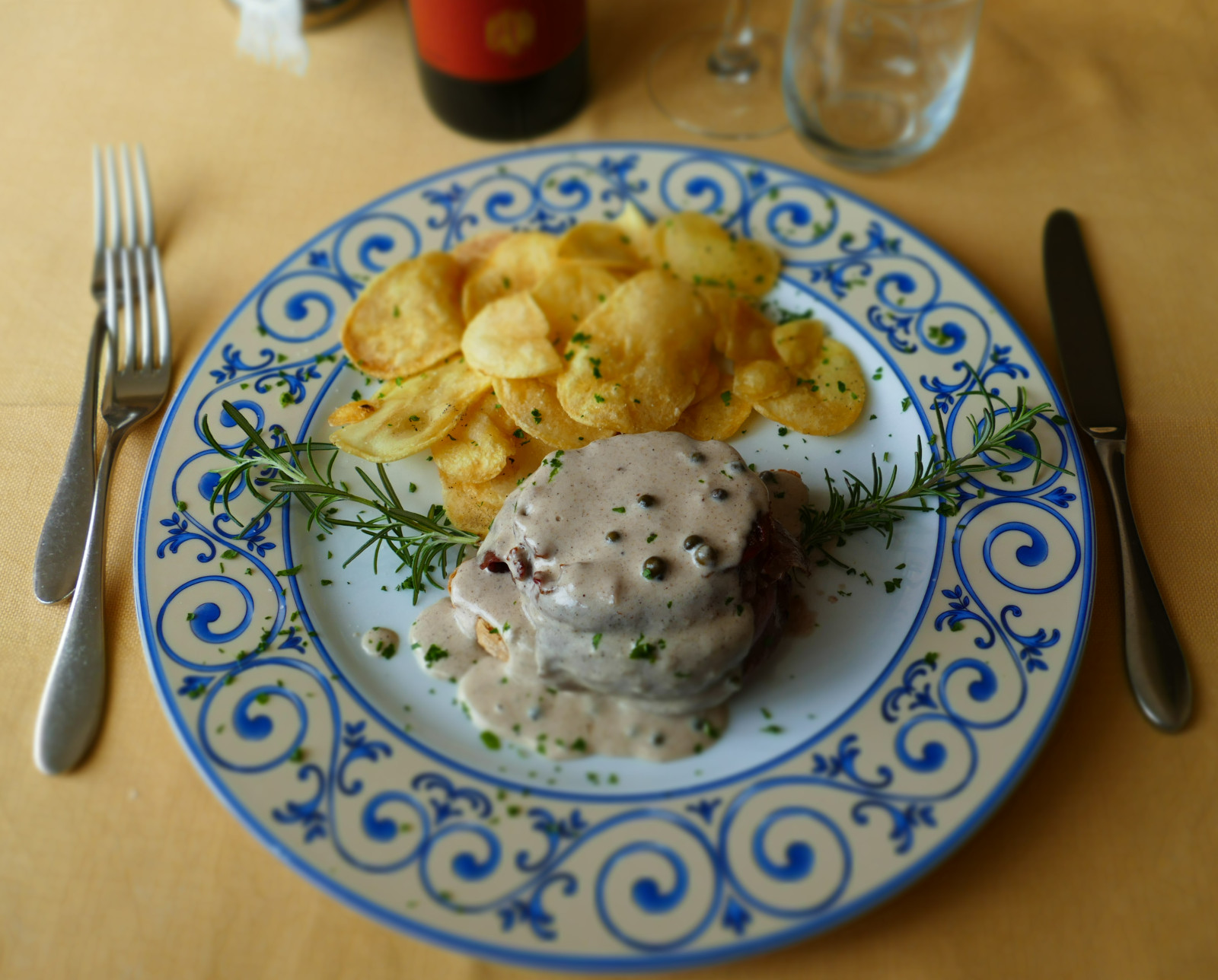 Filetto di Cinta Senese in Crema al Pepe di Sezchuan con Sfoglie di Patate Fritte