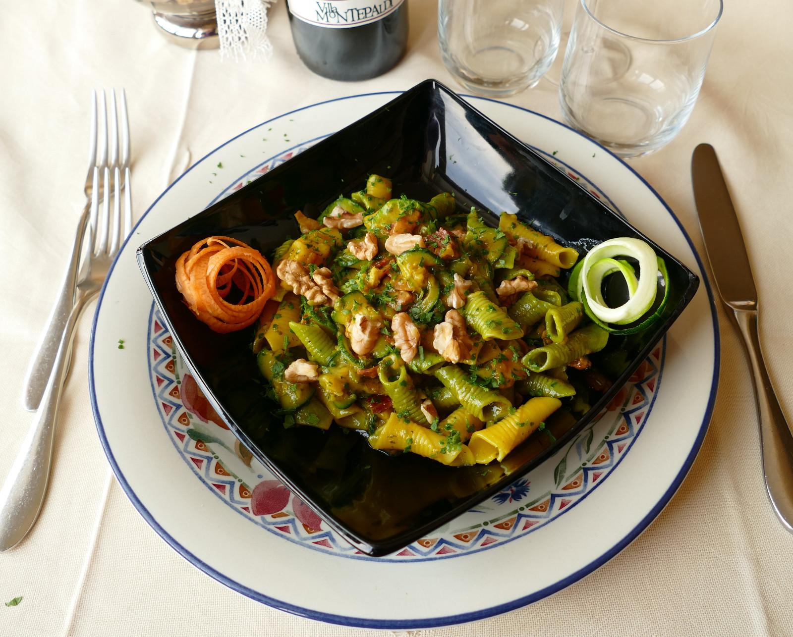 Garganelli con Speck, Zucchine e Noci in Crema Zafferano